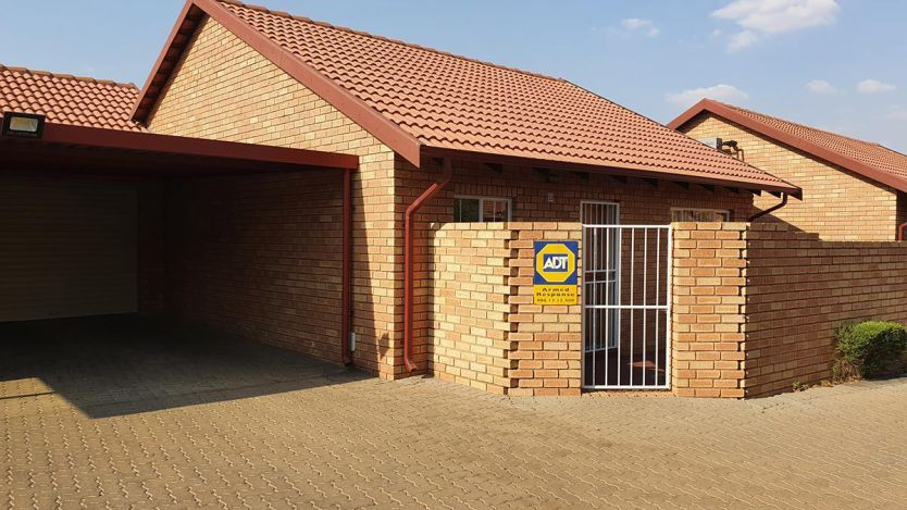 2 Bedroom townhouse - sectional for sale in Equestria, Pretoria