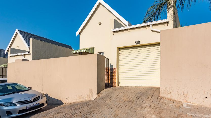 3 Bedroom townhouse - sectional for sale in Radiokop, Roodepoort