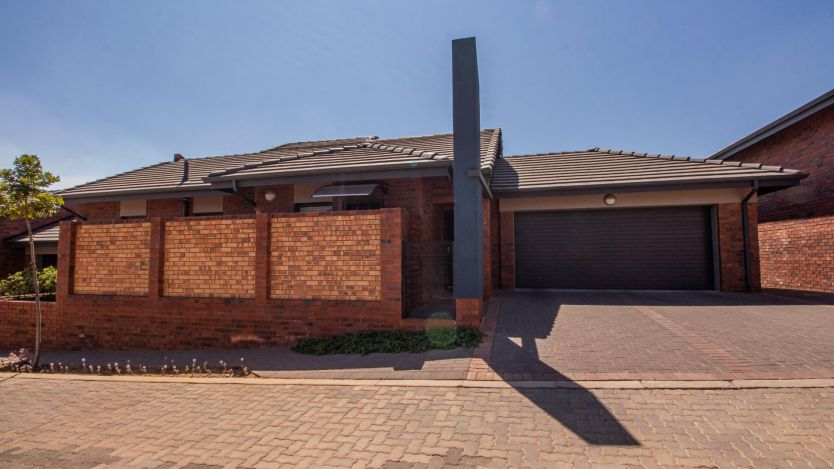 2 Bedroom townhouse - sectional for sale in North Riding, Randburg
