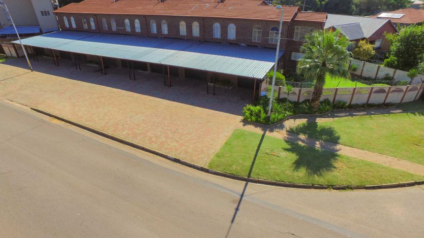 1 Bedroom townhouse - sectional for sale in Witpoortjie, Roodepoort