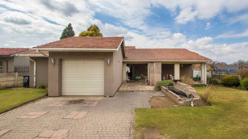 3 Bedroom house for sale in Florida Lake, Roodepoort