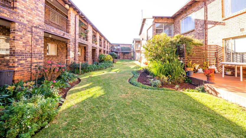 2 Bedroom townhouse - sectional for sale in Florida Glen, Roodepoort